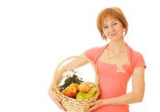 Red-haired kaukasische Frau mit Früchten Stockfoto
