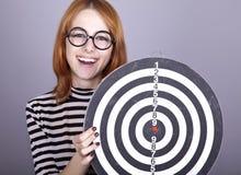 Red-haired Mädchen mit Dartboard. lizenzfreies stockfoto