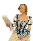 Red-haired Mädchen, welches das Papier liest Fotografía de archivo libre de regalías