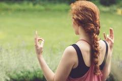 Red-haired meditierende Frau Lizenzfreie Stockbilder