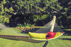 Red Hat auf einer Hängematte im Garten Lizenzfreies Stockbild