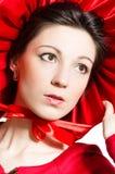 Red Hat: Junge elegante glückliche Frau, die rotes Kleid u. Hut trägt Lizenzfreies Stockfoto