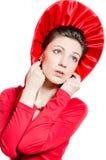 Red Hat, junge elegante glückliche Frau, die rotes Kleid u. Hut trägt Stockbild