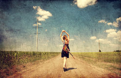 Red-head κορίτσι με την κιθάρα. Φωτογραφία στο παλαιό ύφος εικόνας. στοκ φωτογραφίες