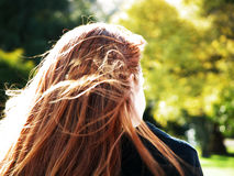 Red-headed meisje in het park Royalty-vrije Stock Afbeelding