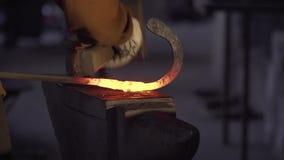 Red-hot σίδηρος στο αμόνι φιλμ μικρού μήκους