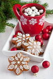 Red mugs with hot chocolate and marshmallows and gingerbread cookies Royalty Free Stock Photo