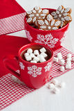 Red mugs with hot chocolate and marshmallows and gingerbread cookies Royalty Free Stock Photos