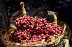 Red onion in basket Stock Photos