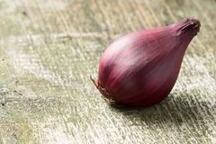 Red Onion at  Wood Board Royalty Free Stock Photography