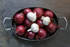 Red onions and garlic i Royalty Free Stock Image