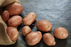 Red Potatoes from burlap sack Royalty Free Stock Images