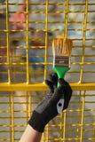 Red protectora del metal de la pintura del trabajador para amarillear color foto de archivo libre de regalías