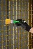 Red protectora del metal de la pintura del trabajador para amarillear color imagen de archivo