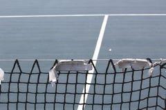 Red rasgada, vieja y gastada del tenis imagen de archivo libre de regalías