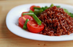 Red rice with tomatoes and green beans Royalty Free Stock Photography