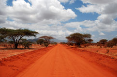 A red Road. In Tsavo-West Nationalpark / Kenia Stock Photos