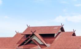 Red Roof-huis met betegeld dak op blauwe hemel Royalty-vrije Stock Fotografie