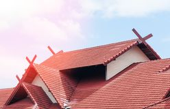 Red Roof-huis met betegeld dak op blauwe hemel Stock Foto's