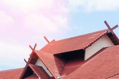Red Roof-huis met betegeld dak op blauwe hemel Royalty-vrije Stock Foto