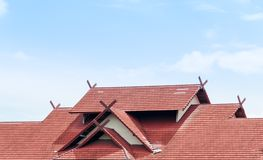 Red Roof logent avec le toit carrelé sur le ciel bleu photographie stock libre de droits