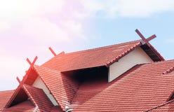 Red Roof logent avec le toit carrelé sur le ciel bleu photos stock