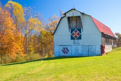 Free Red Roofed White Barn With Quilts In West Virginia Royalty Free Stock Photo - 163681515