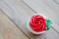 Red rose cupcake on table Royalty Free Stock Photography