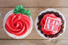 Red rose cupcakes on wooden table Royalty Free Stock Photos