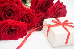 Red roses anf gift box Royalty Free Stock Photography
