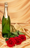 Red roses and bottle of champagne Royalty Free Stock Photos