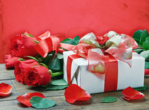 Red roses and gift box Royalty Free Stock Photos