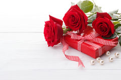 Red roses and a gift box Royalty Free Stock Images