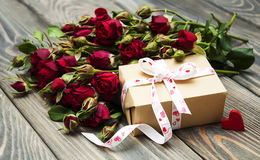 Red roses  and gift box Stock Photography