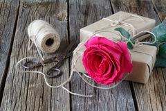 Red roses and gift box on a wooden background Royalty Free Stock Photos