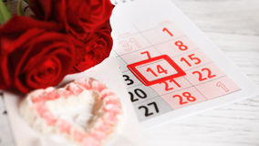 Red roses lay on the calendar Royalty Free Stock Photos