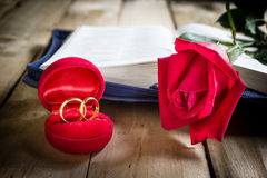 Red roses and wedding rings  on wooden Royalty Free Stock Photos