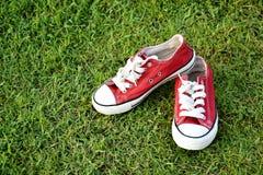 red shoes sporten Arkivbilder