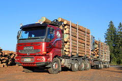 Red Sisu 18E630 Timber Truck Ready to Unload Logs Stock Photography