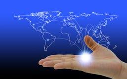 Red social del mapa del mundo que asoma en una mano foto de archivo libre de regalías