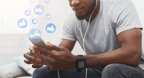 Red social que comparte y que comenta en la comunidad en línea imagen de archivo