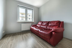Red sofa in empty room Royalty Free Stock Photos