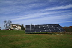 Red solar que acciona un nuevo hogar Imágenes de archivo libres de regalías