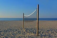 Red solitaria del voleibol en la playa de la isla del océano, Carolina del Norte Fotos de archivo libres de regalías