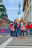 Red Sox fläktar nära Fenway Park på April 20, 2013 i Boston, USA, Royaltyfri Fotografi
