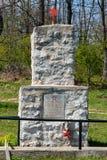 Red Star p? minnesm?rken En grav av soldater fr?n v?rldskrig II i Serbien arkivbilder