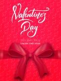 red steg Affisch för försäljningen för valentin` s, promoen etc. Realistisk siden- pilbåge med band- och skriftbokstäver Royaltyfri Fotografi