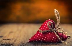 red steg bröllop för tappning för klädpardag lyckligt Handgjorda hjärtor för röd torkduk på träbakgrund - tabell Fritt utrymme fö Royaltyfri Bild