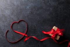 red steg Hjärta formad röd band och gåva Royaltyfri Fotografi