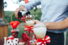 red steg Romantisk matställe champagne på tabellen och den Arkivfoton